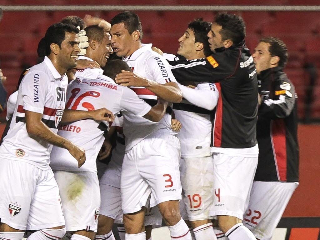 29maio2013---jogadores-do-sao-paulo-comemoram-gol-marcado-por-luis-fabiano-na-goleada-por-5-a-1-sobre-o-vasco